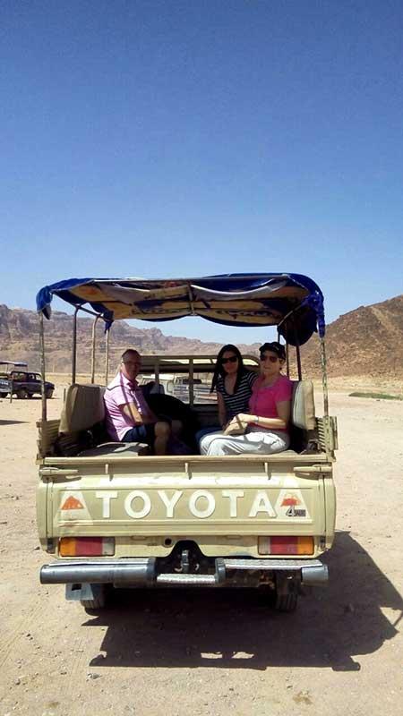 Marifé, María y Fausto en Wadi Rum.