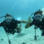 Ana y Lautaro buceando en Polinesia Francesa
