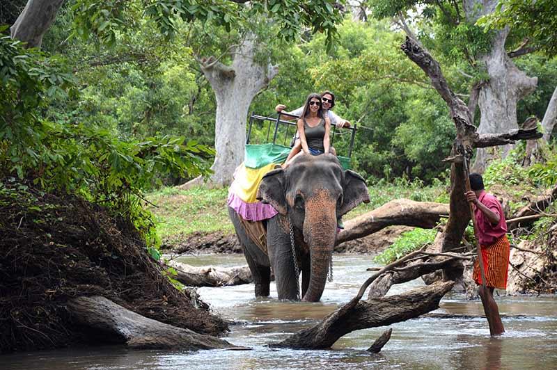David y Mónica a lomos de un elefante en Habarana