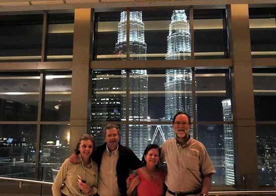 Miguel y familia frente las torres Petronas, en Kuala Lumpur (Malasia)