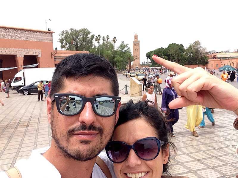 Señalando a la mezquita Koutoubia, uno de los monumentos más conocidos de Marrakech