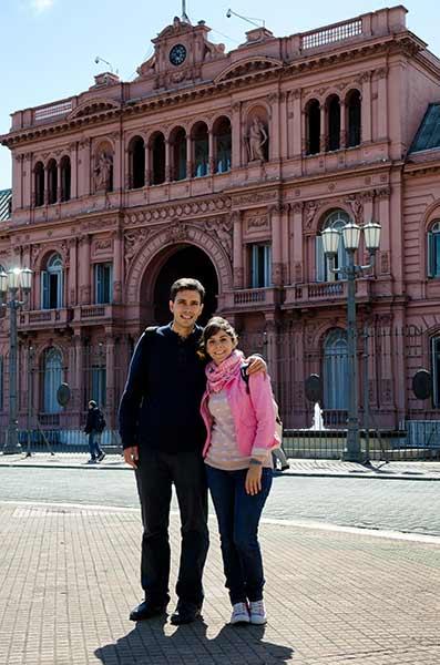 Francisco y Raquel frente a la Casa Rosada en Buenos Aires