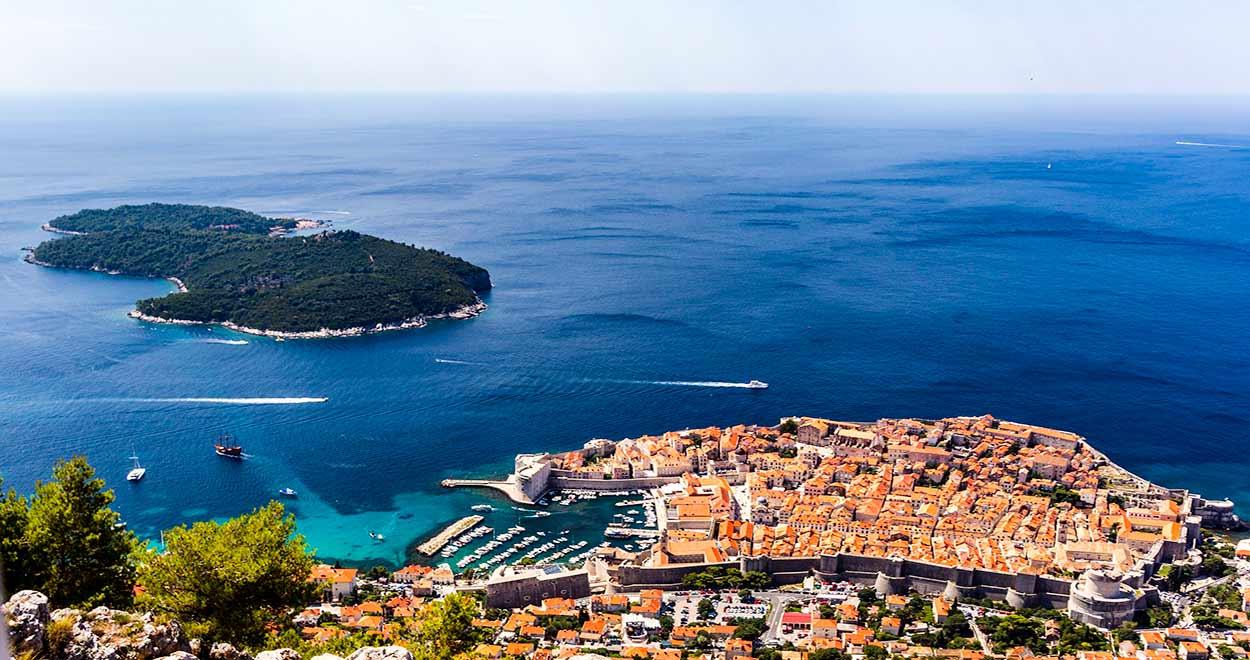 Vista de la ciudad amurallada e isla de Lokrum desde la cima del monte Srdj - Image by Cédric Lambert from Pixabay