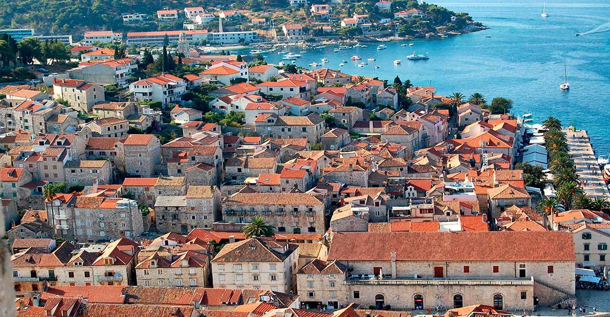 La ciudad Hvar, en la homónima isla - Islas de Croacia: las mejores cinco - Image by EliMe from Pixabay