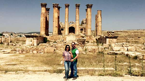 Opinión de Viaje a Jordania en privado y hoteles de lujo: Marcela y Michael, frente del Templo de Artemisa en Jerash