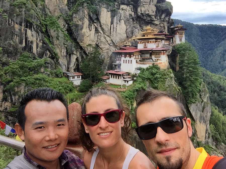 Con el guía de Bután, Taktsang Lhakhang de fondo (el monumento más emblemático de Bután)