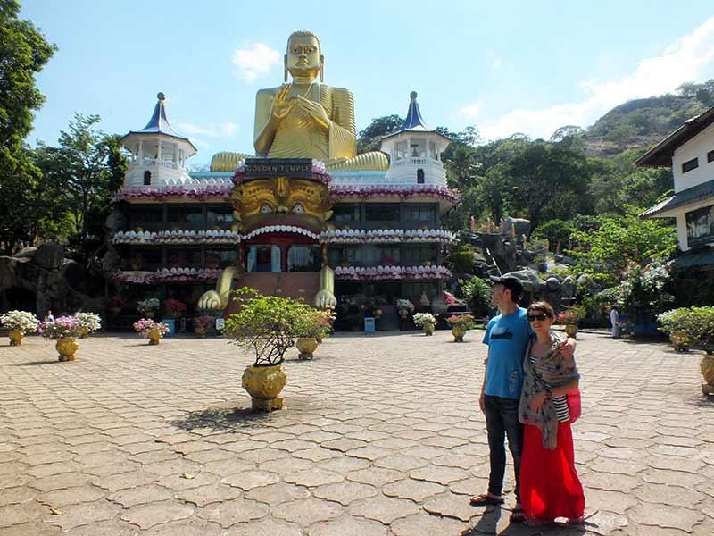 Saioa y Rafa delante del Templo de Dambulla