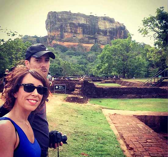 Saioa y Rafa con Sigiriya de fondo
