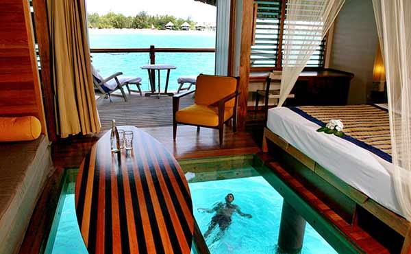 """Bungalow sobre el agua en Bora Bora: la considerada laguna más hermosa del mundo, la de Bora Bora, constituye la imagen ideal del """"Paraíso de los Mares del Sur"""""""