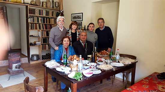 Opinión de Viaje a Armenia y Georgia de Trinidad, Almudena, José y Monserrate: nuestros cuatro viajeros junto con la guía y el chofer de Armenia