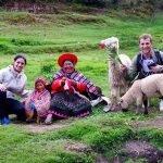 Con una mujer y su hija en la visita de la fuente para purificación durante el tour Cusco