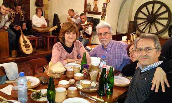 Opinión de Viaje a Armenia y Georgia de Trinidad, Almudena, José y Monserrate: nuestros cuatro viajeros compartiendo una comida en Armenia
