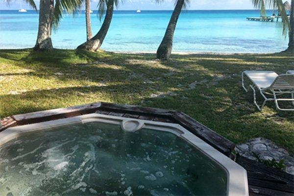 Testimonio de buceo en Polinesia Francesa de Marta y Asier: jacuzzi exterior del bungalow en Kia Ora Rangiroa