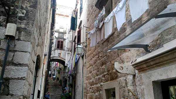 Testimonio de viaje a la costa de Croacia de Elena y familia: callejuelas de Dubrovnik