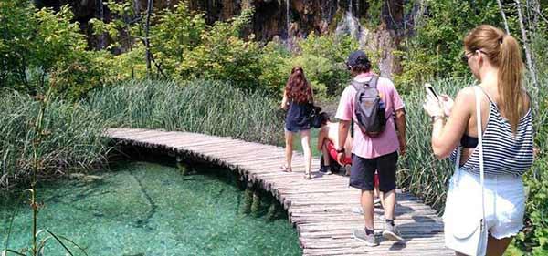 Testimonio de viaje a la costa de Croacia de Elena y familia: pasarelas en Plitvice