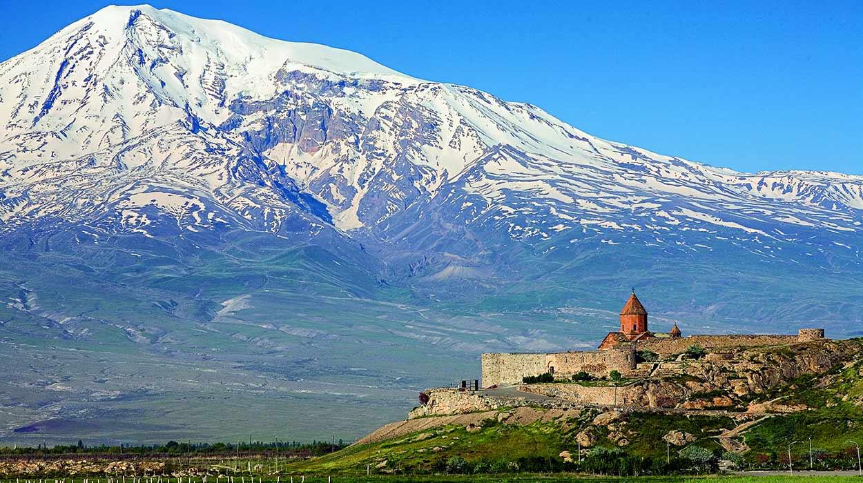 La imagen de Khor Virap con el Ararat como telón de fondo es probablemente una de las más difundidas del turismo en Armenia Khor Virap Monastery; MEDIACRAT [GFDL or CC BY-SA 3.0], via Wikimedia Commons