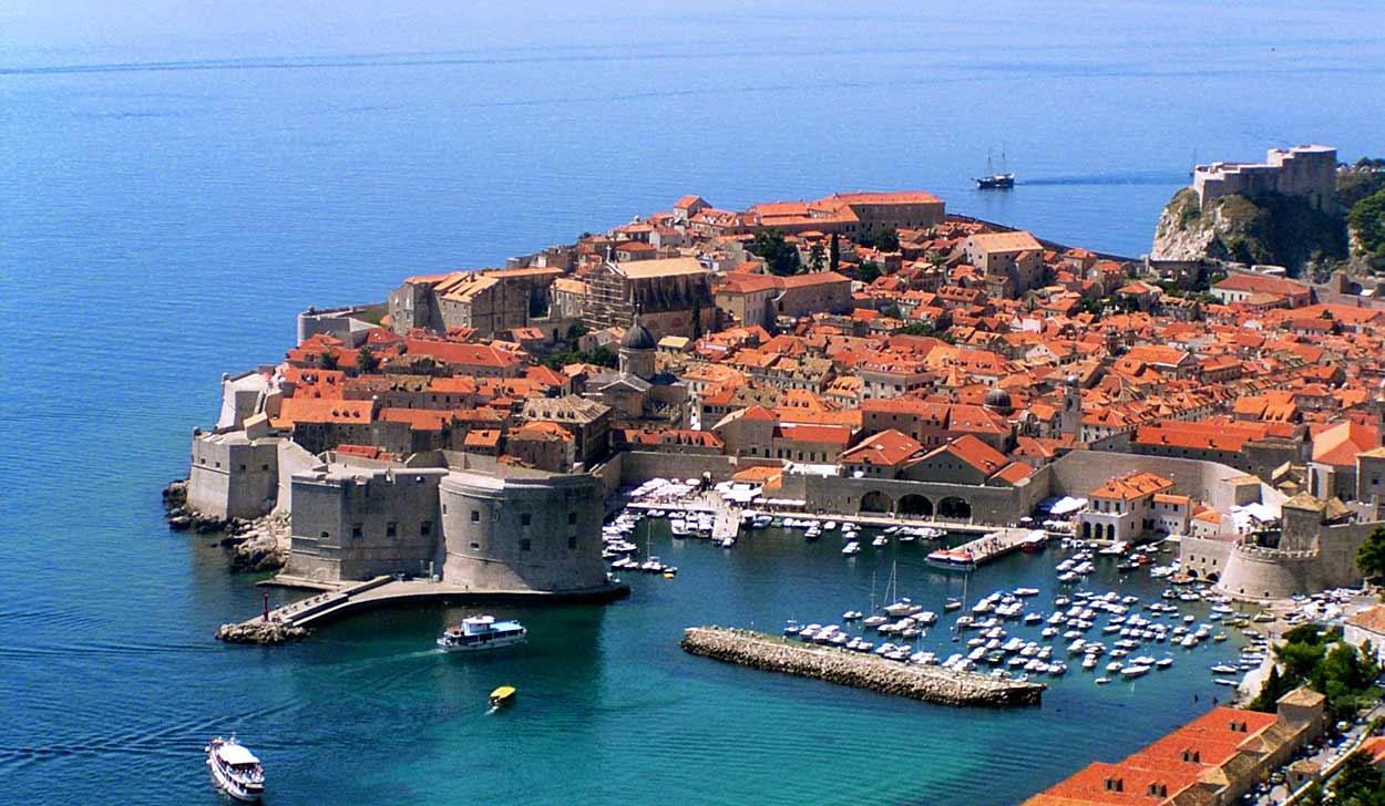 Panorama de la Ciudad Vieja de Dubrovnik es probablemente una de las más difundidas del turismo de Croacia - Old town of dubrovnik; By gari.baldi [CC BY-SA 2.0], via Wikimedia Commons