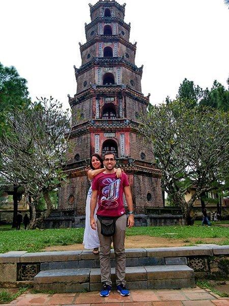 Testimonio de viaje de novios a Vietnam de Esther y David: delante de la Pagoda Thien Mu de Hue