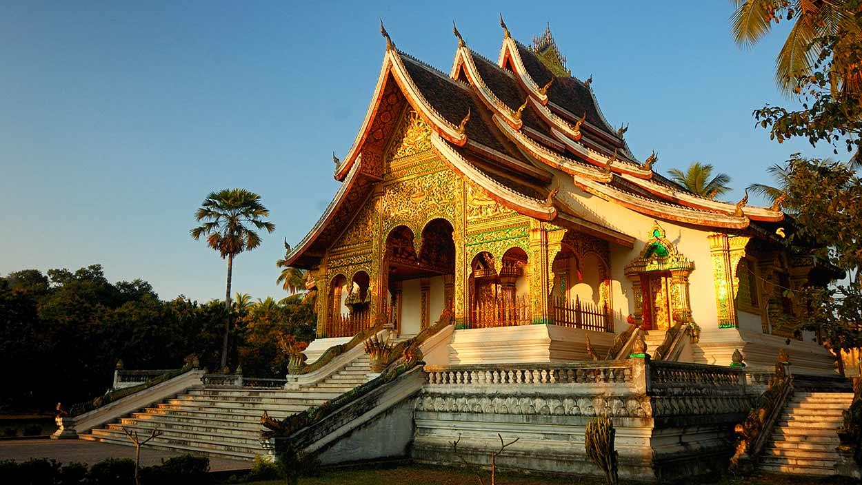 Templo de la Ciudad Dorada (Wat Xieng Thong) en Luang Prabang, es una de las imagenes más emblemáticas del turismo en Laos
