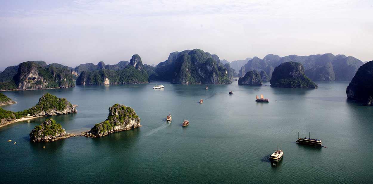 Bahía de Halong, el milagro geológico, probablemente la imagen más difundidas del turismo en Vietnam