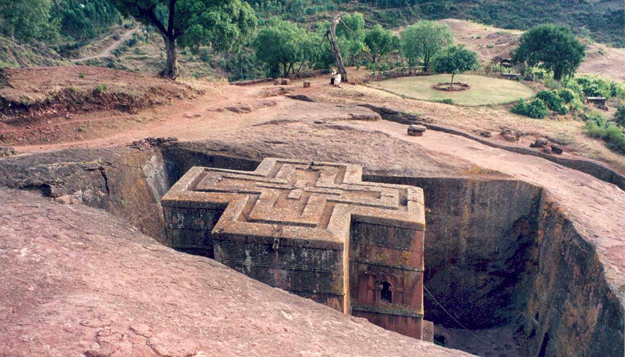 Iglesia de Lalibela, excavada y tallada en la roca viva, es la imagen más emblemática del Turismo de Etiopía By Bet_Giyorgis_church_Lalibela_03.jpg: Armin Hamm derivative work: 3coma14