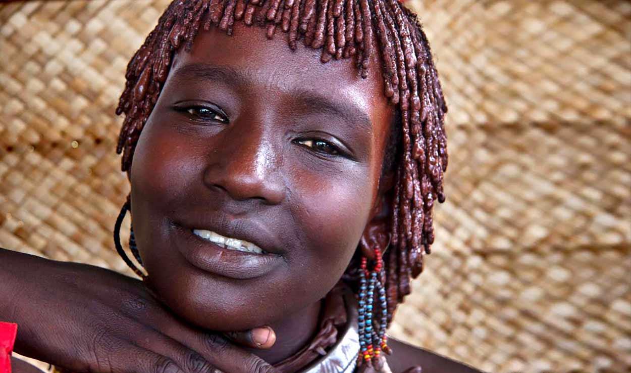 Los viajeros que buscan el contacto con culturas ancestrales y valoran la variedad de grupos étnicos tienen en el sur de Etiopía un destino ideal (Turismo de Etiopía: una mujer de tribu Hamer)