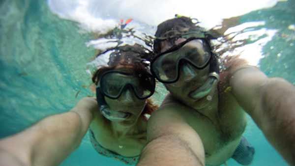 Testimonio de viaje de novios a Sri Lanka y Maldivas - Celia y Borja haciendo snorkling en Maldivas