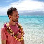 Viaje de novios a Polinesia de Roger y Sara: Roger con el típico collar de flores