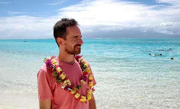 Testimonio de viaje de novios a Polinesia de Roger y Sara: Roger con el típico collar de flores