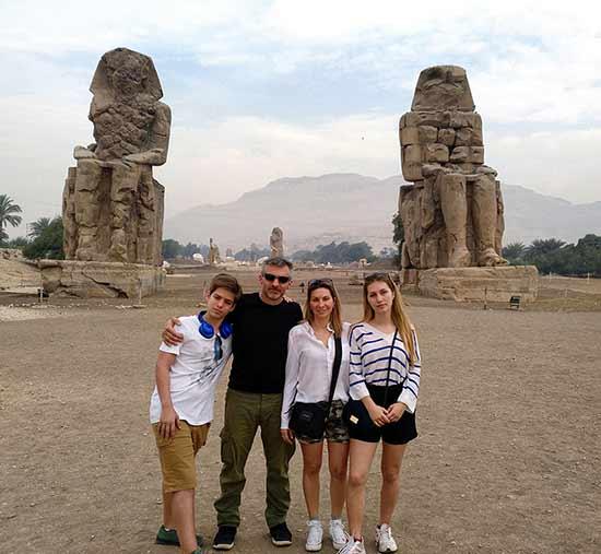 Testimonio del viaje a Egipto de Anna y familia: frente los Colosos de Memnón