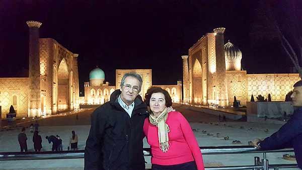Opinión del viaje a Uzbekistán de Jose, Almudena, Trinidad y Monserrate: Trini y su marido delante del Registán (Samarcanda) de noche