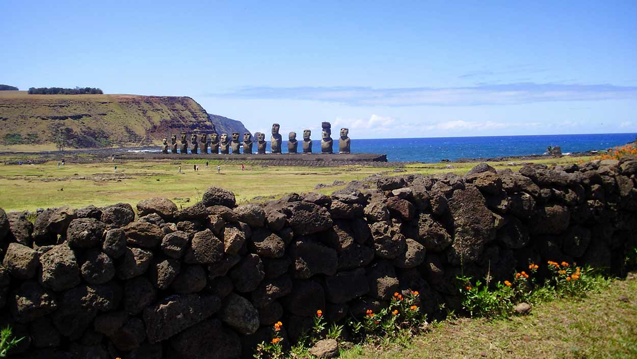 Moáis de Ahu Tongariki: en Hanga Nui, en la costa noreste, se alzan estos quince colosos de piedra sobre la plataforma de piedra ceremonial más grande de la isla By María Cecilia Piderit B. [CC BY 3.0], from Wikimedia Commons
