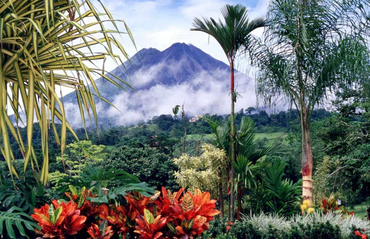 Parque Nacional Volcán Arenal es el principal atractivo de las Llanuras del Norte y uno de los principales de turismo de Costa RicaBy Arturo Sotillo from La Canada, CA, USA (Costa Rica... No artificial ingredients!) [CC BY-SA 2.0], via Wikimedia Commons
