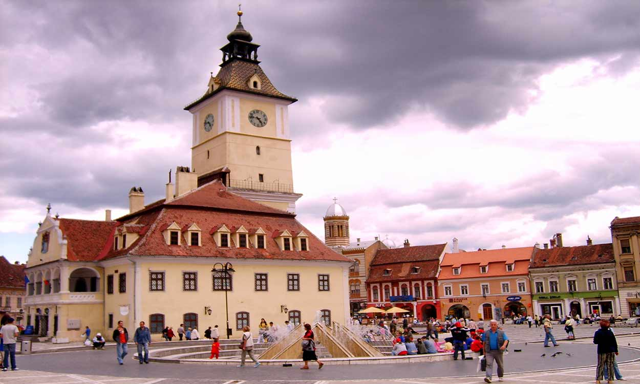 La plaza Sfatalui en Brasov, lugar imprescindible del turismo en Rumania By Alessio Damato [GFDL, CC-BY-SA-3.0 or CC BY-SA 2.5], from Wikimedia Commons