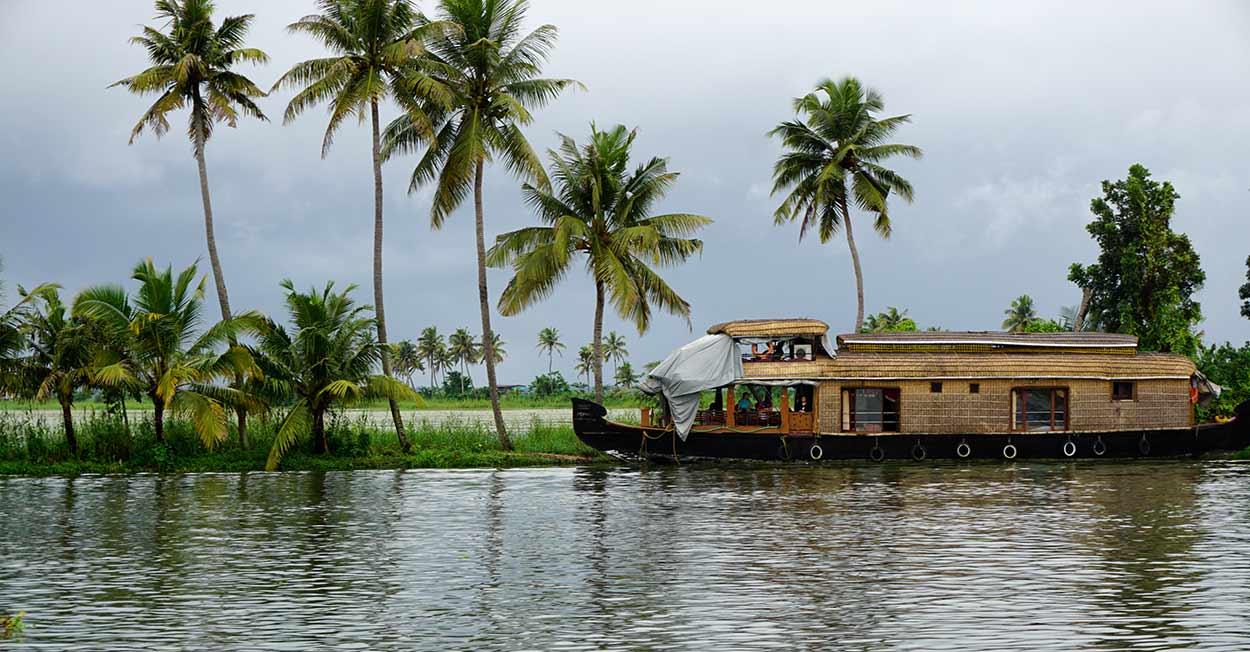Un viaje a Kerala debe incluir siempre la visita imprescindible de Turismo de India del Sur, a los backwaters, una red de 9000 kms² de canales, lagos y lagunas interiores que discurren en paralelo al litoral y que conforman un mundo anfibio de singular belleza