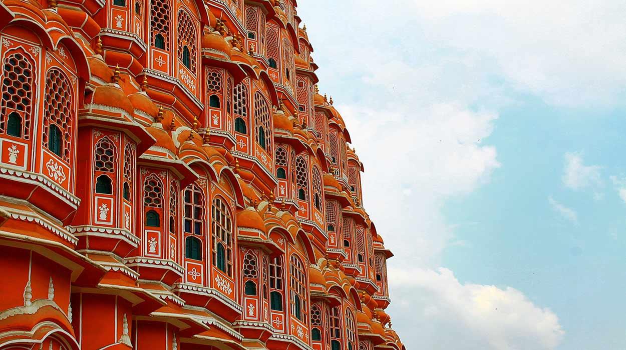 La colorista y ornamentada fachada del Hawa Mahal (Palacio de los Vientos, una de las joyas de turismo en India), lugar desde el que las mujeres del harén del City Palace observaban sin ser vistas el trajín cotidiano de Jaipur.
