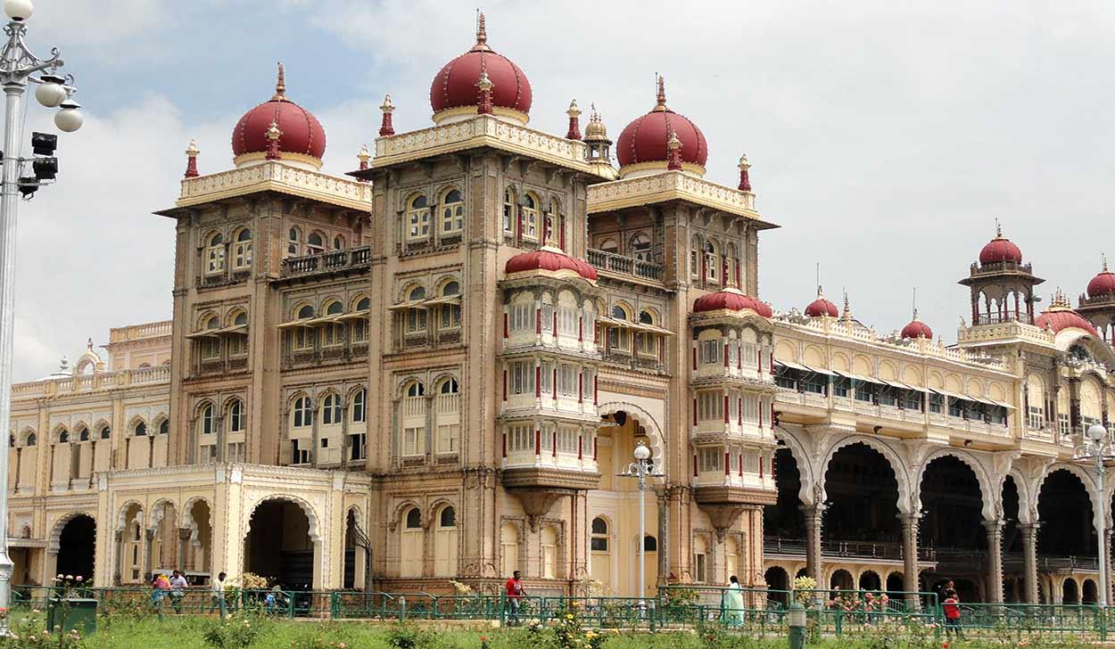 El palacio del maharajá (Amba Vilas) de Mysore de estilo indosarraceno es una de las principales atractivos de turismo de India del Sur
