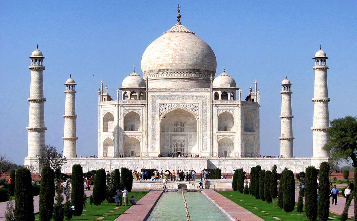 El Taj Mahal es sin duda uno de los edificios más célebres no solo de turismo de India sino del mundo, una obra maestra arquitectónica que expresa el refinamiento del Imperio Mogol y cuya sola contemplación justifica un viaje a la India.