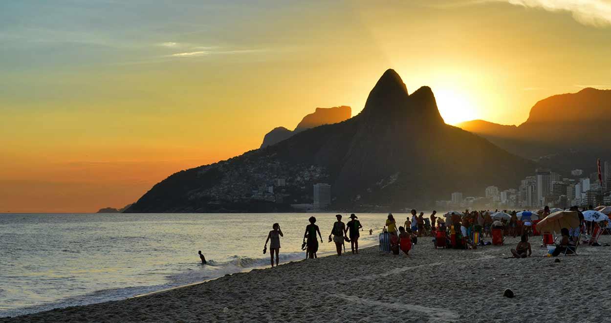 Playa de Ipanema, en Rio de Janeiro, imagen icónica de turismo de Brasil By Mayra Pavanello Munerato [CC BY-SA 3.0], from Wikimedia Commons