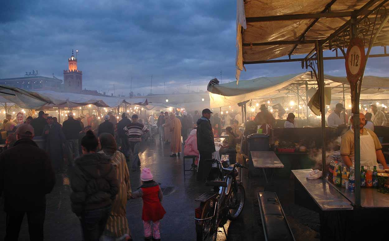 La mítica y mágica plaza Jemaa el Fna es el corazón de turismo de Marrakech desde su fundaciónRegiteric [CC BY-SA 3.0], via Wikimedia Commons