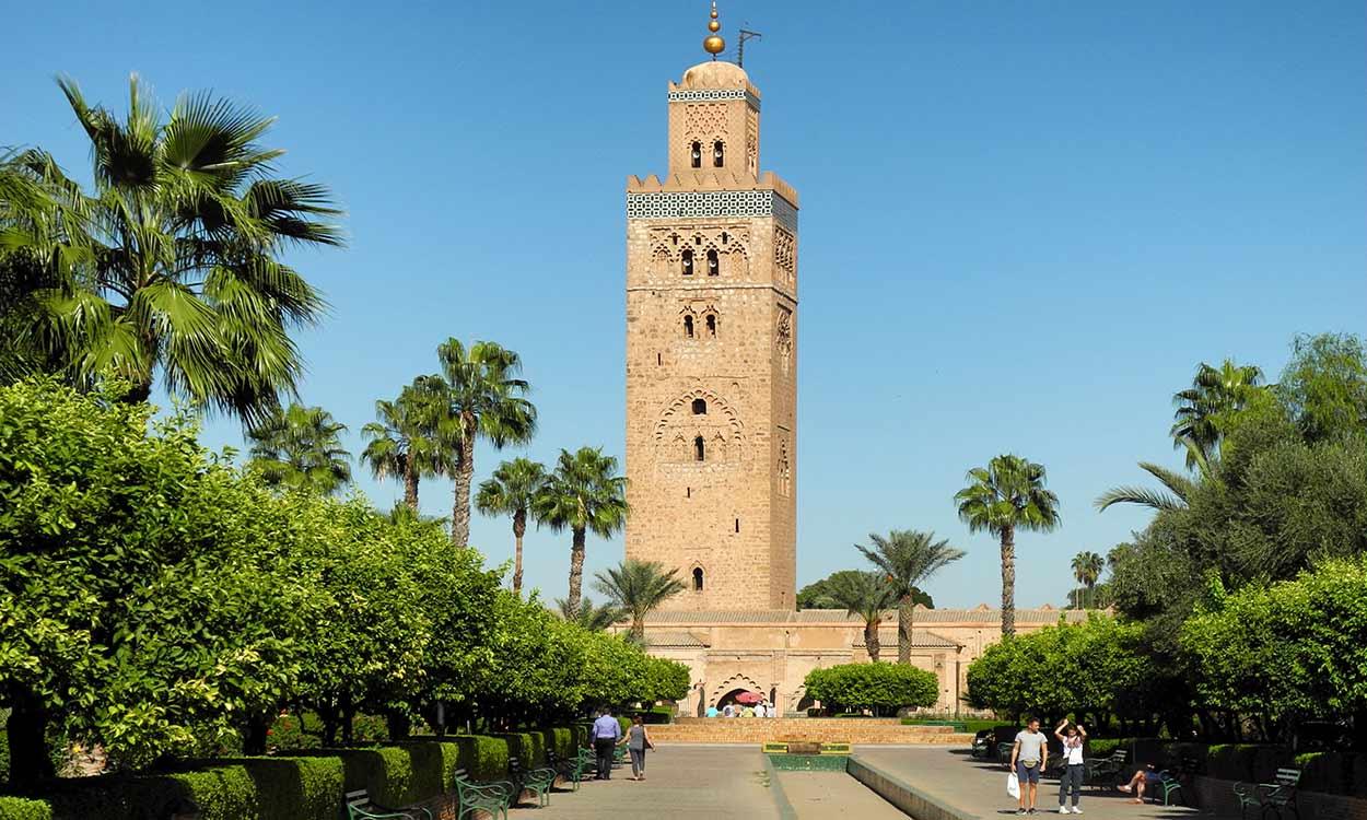 El minarete de La Koutoubia, joya de turismo de Marrakech del siglo XII, es una torre de 70 metros de altura, hermana gemela de la Giralda de SevillaBy Baca12 [CC BY-SA 4.0], from Wikimedia Commons