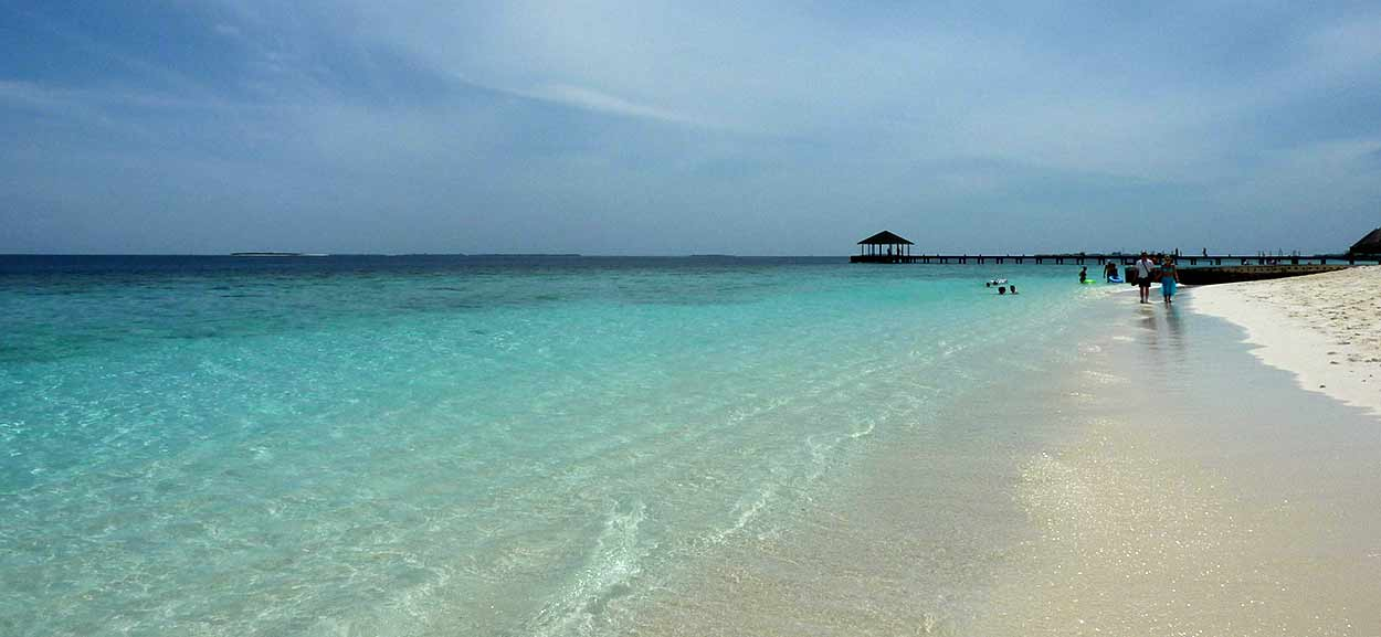 Playas de arena blanca con palmeras, lagunas calmas y poco profundas de aguas de color azul turquesa; esa es la imagen típica de turismo de Maldivas