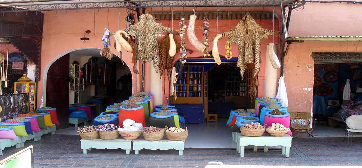 Uno de los mayores atractivos de turismo de Marrakech es recorrer los zocos gremiales de la medina, situados al norte y oeste de la plaza.