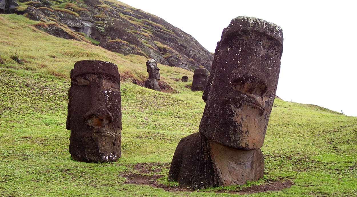 Los célebres y colosales moái, estatuas de piedra con forma humana, son la imagen más difundida del Turismo de Isla de Pascua Moais, Isla de Pascua; by Horacio_Fernandez [CC BY 3.0], via Wikimedia Commons