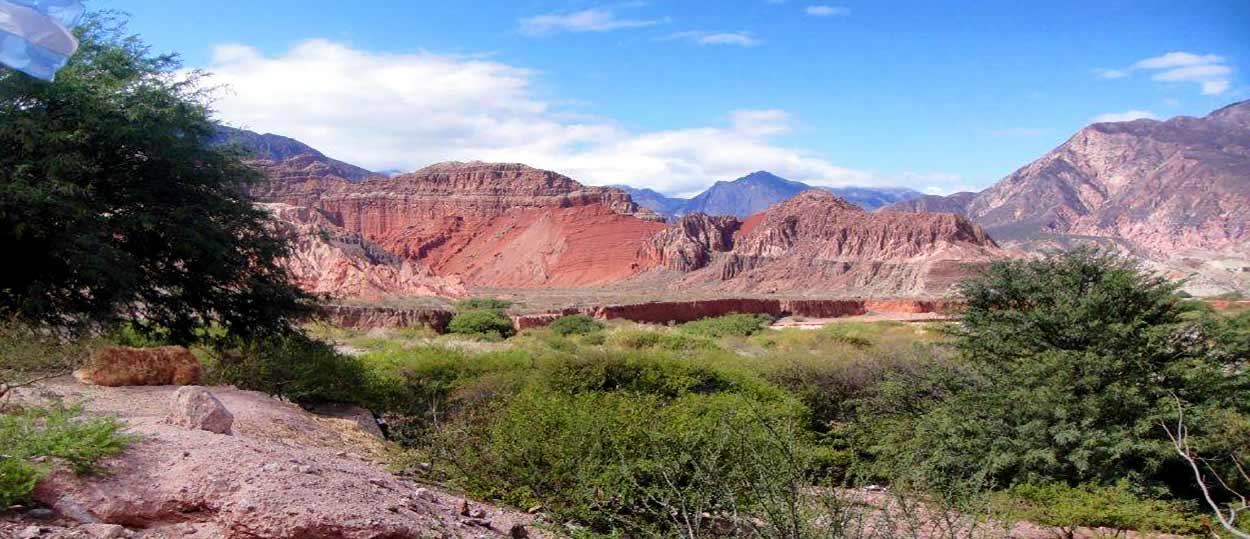 Turismo de Argentina en su noroeste presume de un paisaje tan sorprendente como variado: cumbres, valles fértiles, cañones y quebradas; salinas y áreas de selva subtropical.