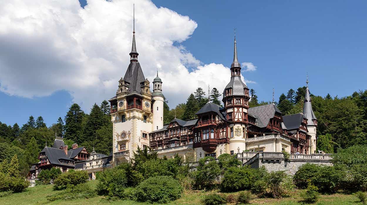 "Palacio Peles de Sinaia, una de las imágenes icónicas de Turismo en Rumania. Este deslumbrante palacio construido a finales del siglo XIX evocando el estilo de los palacios del renacimiento de Alemania By Txllxt TxllxT [<a href=""https://creativecommons.org/licenses/by-sa/4.0"">CC BY-SA 4.0</a>], <a href=""https://commons.wikimedia.org/wiki/File:Romania_-_Sinaia_-_Pele%C5%9F_Castle_-_View_NNW_-_Seat_of_the_Royal_Family.jpg"">from Wikimedia Commons</a>"