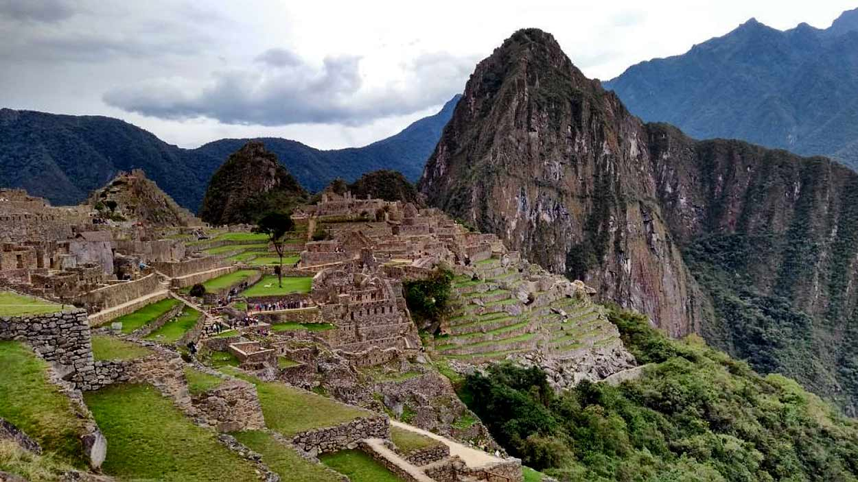 Machu Picchu (a tres horas en tren desde Cusco) es uno de los lugares histórico-arqueológicos más fascinantes y hermosos del planeta y la imagen más conocida de turismo de Perú