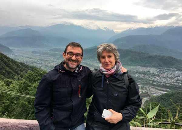 Vicente y Mercedes, con la vista a Pokhara con los Annapurna de fondo, en Nepal