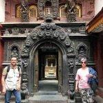Vicente y Mercedes, delante de la entrada al Templo Dorado en la antigua Patan, cerca de Katmandú, Nepal