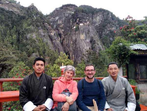 Vicente y Mercedes, con vistas al monasterio Taktsang (o Nido del Tigre), en Bután